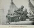 쿤두르 강에서 두 남자가 배를 당기고 있다