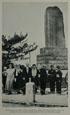 나다니엘 G. 페리 제독의 기념 비 앞에 선 대사와 그루부인, 제임스 드 울프 페리 주교, 일본의 시모다
