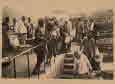 취푸(曲阜)를 떠나는 모습(Burton Holmes가 한국으로 떠나기 위해 배를 탄 취푸의 모습을 사실적으로 보여주는 이미지이다. 취푸가 Burton Holmes의 표현에 따르면 한국에서 가장 중요한 항구인 인천으로 향하는 중요 출발지였다는 사실, 또 취푸가 매우 다양한 문화를 가진 사람들이 드나드는 장소였다는 사실을 이 이미지는 사실적으로 보여주고 있다.)
