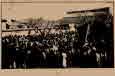많은 사람들이 모인 장례 행렬